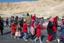 エジプトの修学旅行に来た生徒たち。男の子と女の子は別クラスみたいです。