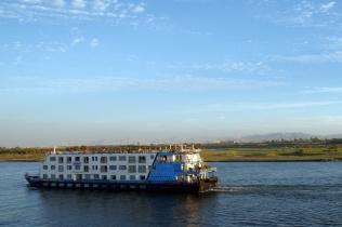 ツアーはナイル川をクルーズ船で移動しながら遺跡を巡ります。