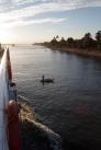 手漕ぎの漁船で漁をしている風景をよく見かけました。ワニは現在本流にはおらず、魚はナマズが多いそうです。