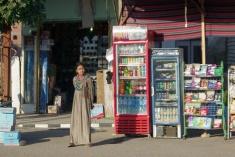 店番の女の子。この町の人は皆民族衣装でした。
