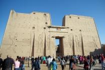 ホルス神殿、高さ36mの第二塔門。
