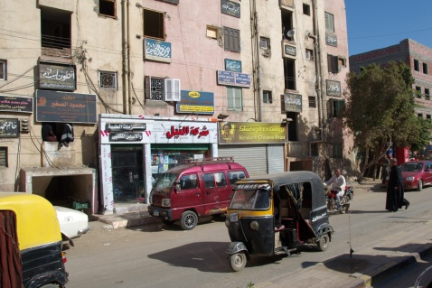 エドフという町に来ました。タクタクは世界中で活躍してますね〜。でもここでは馬車が主流で少数派でした。