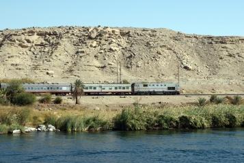 昼間の移動中は川岸の風景を楽しむことができます。
