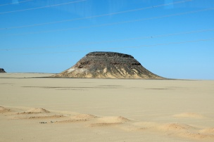 アスワンからアブシンベルまでは、サハラ砂漠の中約300Kmをバス移動。砂漠の景色が興味深い