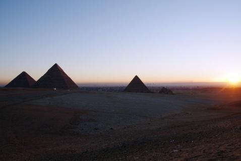 ピラミッドの夜明け、ピラミッド周辺はさすがによく手入れされています。