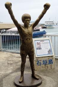 石垣島の英雄、具志堅像が迎えてくれる離島ターミナル