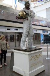 でかい空港でした、Jack Swigert アポロ13号の宇宙飛行士。デンバー出身なんですね。