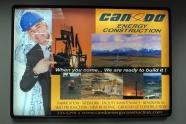 キャスパー空港では、一攫千金の投資ポスターがお出迎え