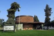 ホテルの隣には公設の小さなプラネタリウム館がありました。