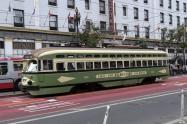 いろいろな路面電車が走ってます。