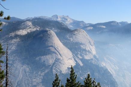 グレーシャーポイントから、おっぱい山も煙でかすんでました。