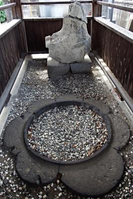 根巻石と鴟尾